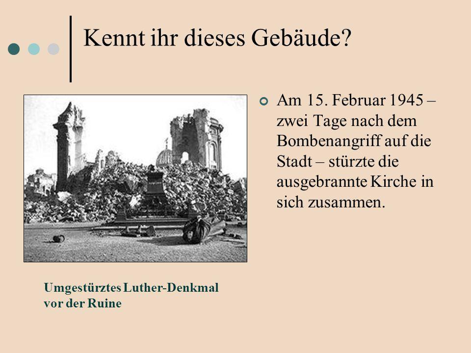 Am 15. Februar 1945 – zwei Tage nach dem Bombenangriff auf die Stadt – stürzte die ausgebrannte Kirche in sich zusammen. Umgestürztes Luther-Denkmal v