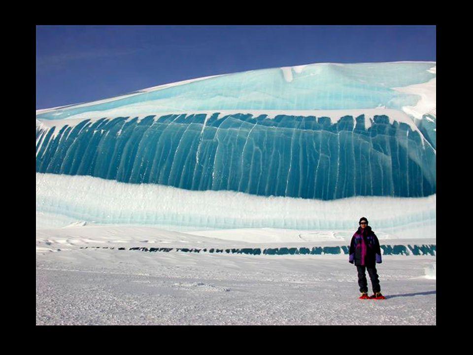 Das Wasser erstarrte in dem Augenblick, als die Welle durch das Eis durchbrach. Die Temperatur des Wassers ist schon einige Grade, unterkühlt. Durch d