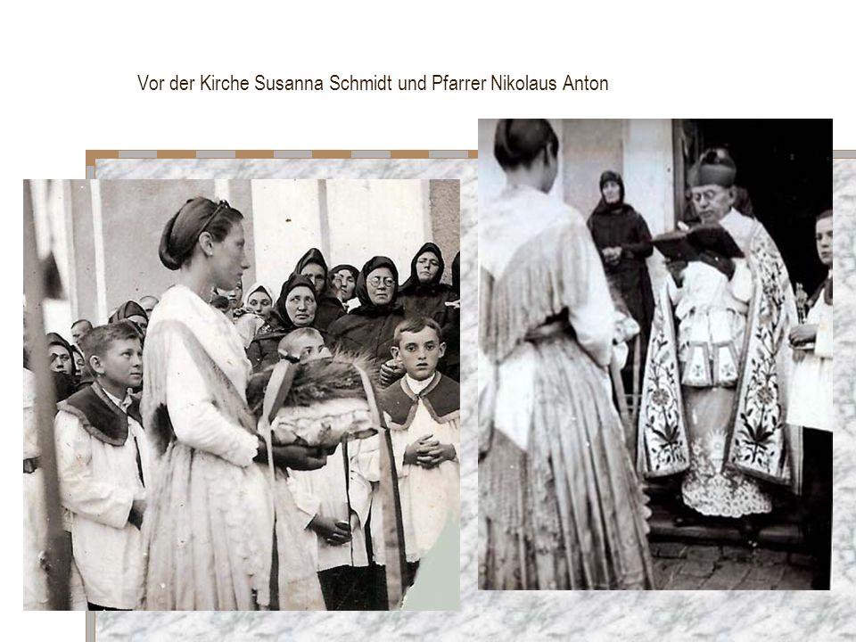 Vor der Kirche Susanna Schmidt und Pfarrer Nikolaus Anton