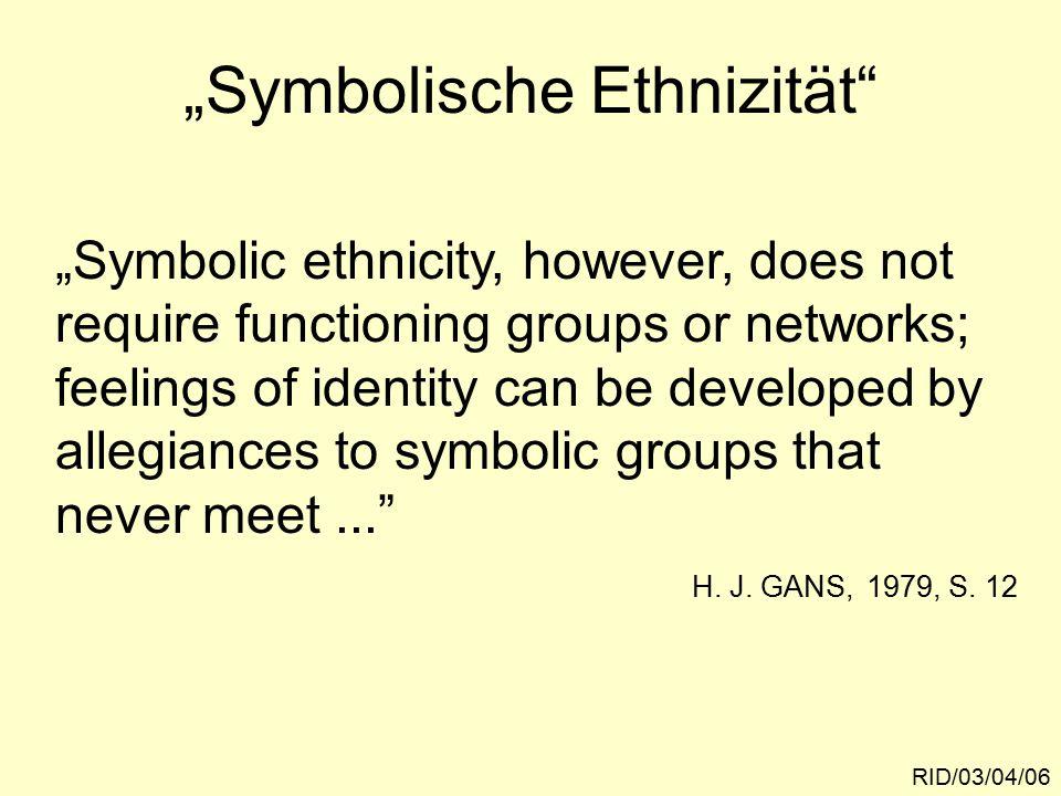"""Übertragung auf sozialräumliche Gruppen RID/03/04/07 Raumbezogene Identität: """"Wir-Gefühl und Gruppenloyalität beziehen sich auf symbolische Gruppen und symbolische Gemeinschaften, für deren Konstituie- rung physisch-materielle Settings und die Copräsenz der Akteure eine ent- scheidende Rolle spielt."""
