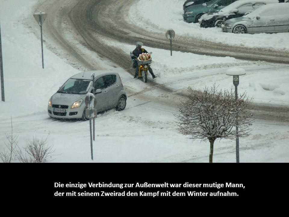 Die einzige Verbindung zur Außenwelt war dieser mutige Mann, der mit seinem Zweirad den Kampf mit dem Winter aufnahm.