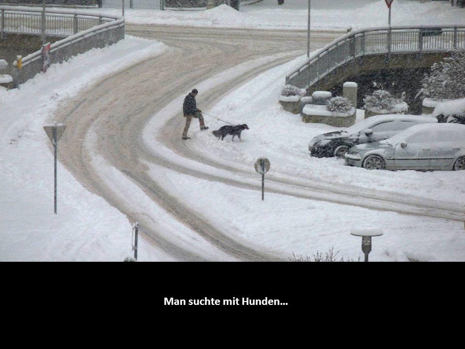 Man suchte mit Hunden…
