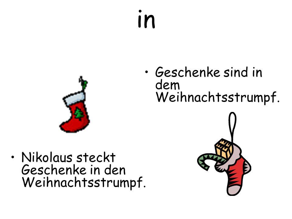 in Nikolaus steckt Geschenke in den Weihnachtsstrumpf. Geschenke sind in dem Weihnachtsstrumpf.