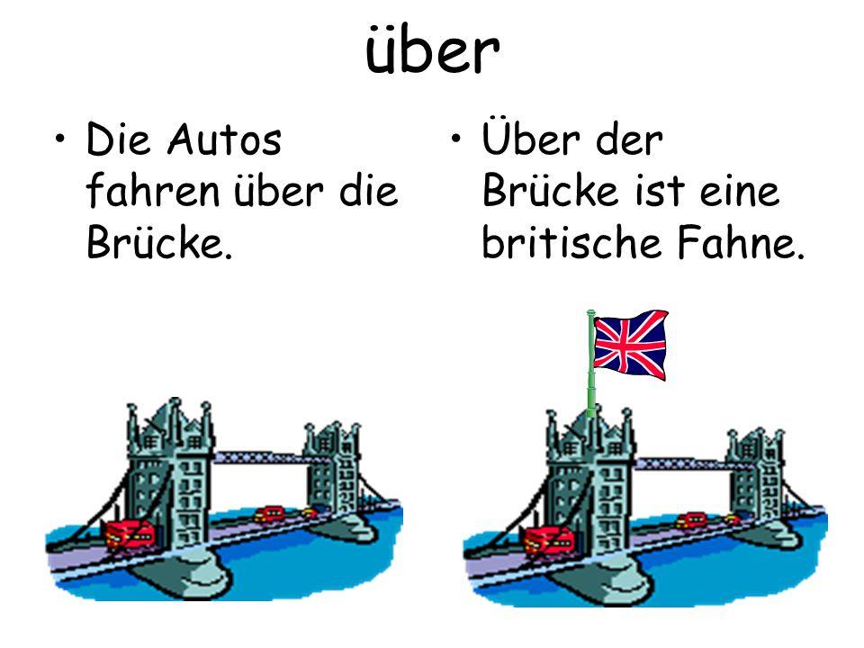 über Die Autos fahren über die Brücke. Über der Brücke ist eine britische Fahne.