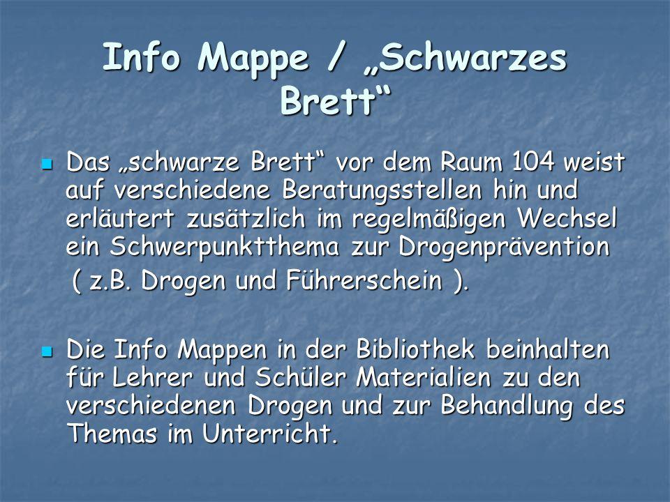"""Info Mappe / """"Schwarzes Brett"""" Das """"schwarze Brett"""" vor dem Raum 104 weist auf verschiedene Beratungsstellen hin und erläutert zusätzlich im regelmäßi"""