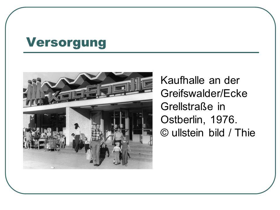 Versorgung Kaufhalle an der Greifswalder/Ecke Grellstraße in Ostberlin, 1976. © ullstein bild / Thie