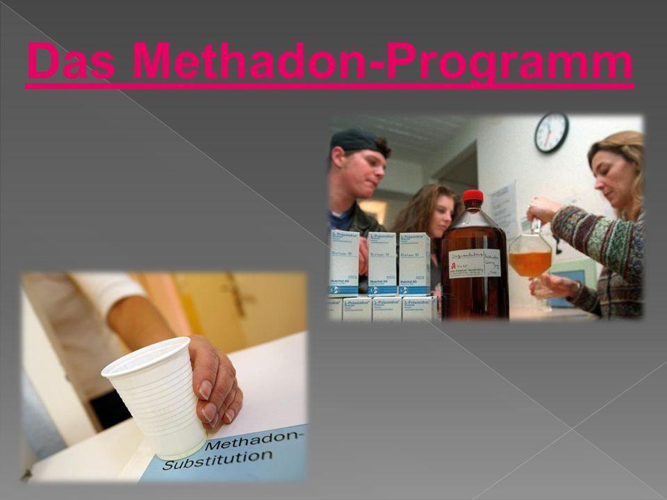 Die Drogenabhängigen nehmen Methadon oral ein.