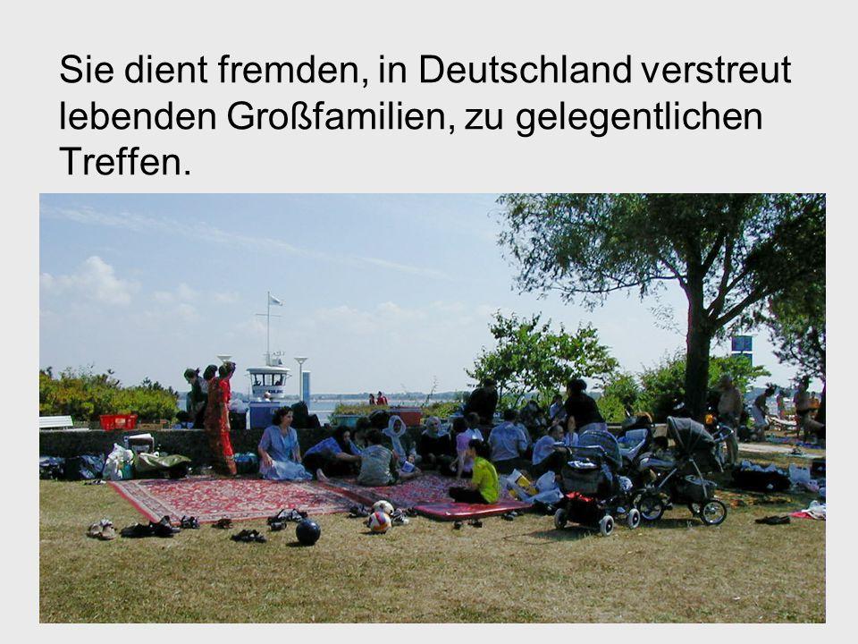 Sie dient fremden, in Deutschland verstreut lebenden Großfamilien, zu gelegentlichen Treffen.