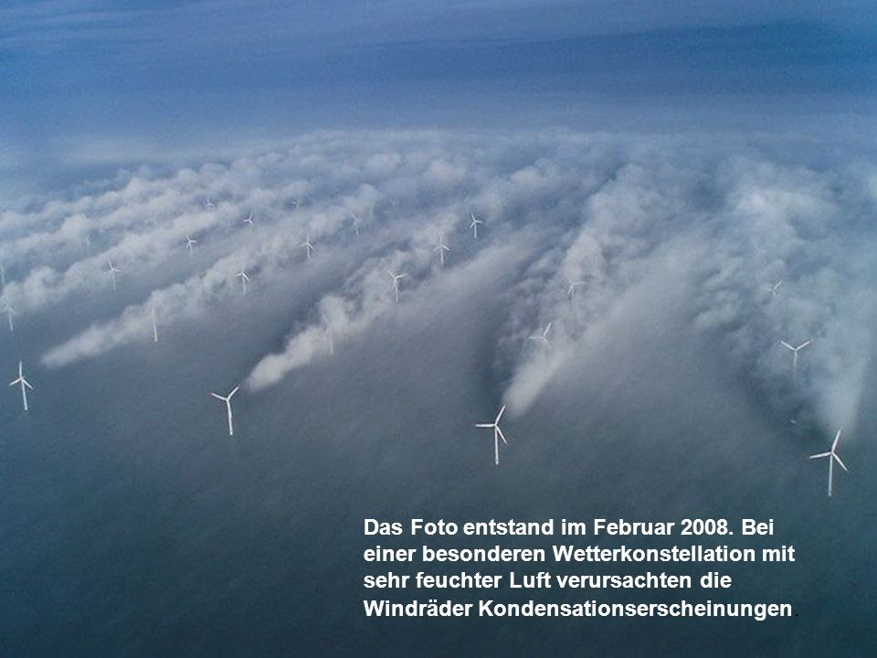 Das Foto entstand im Februar 2008. Bei einer besonderen Wetterkonstellation mit sehr feuchter Luft verursachten die Windräder Kondensationserscheinung