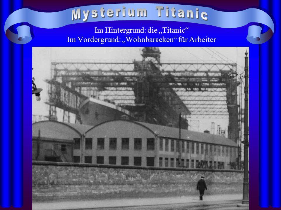 """Im Hintergrund: die """"Titanic"""" Im Vordergrund: """"Wohnbaracken"""" für Arbeiter"""