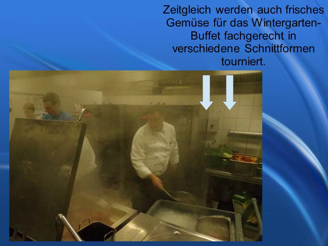 Zeitgleich werden auch frisches Gemüse für das Wintergarten- Buffet fachgerecht in verschiedene Schnittformen tourniert.