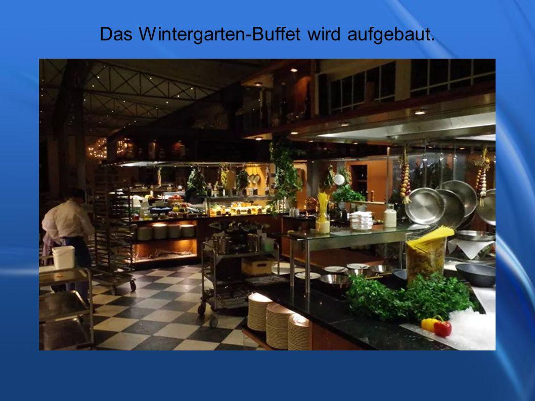 Das Wintergarten-Buffet wird aufgebaut.