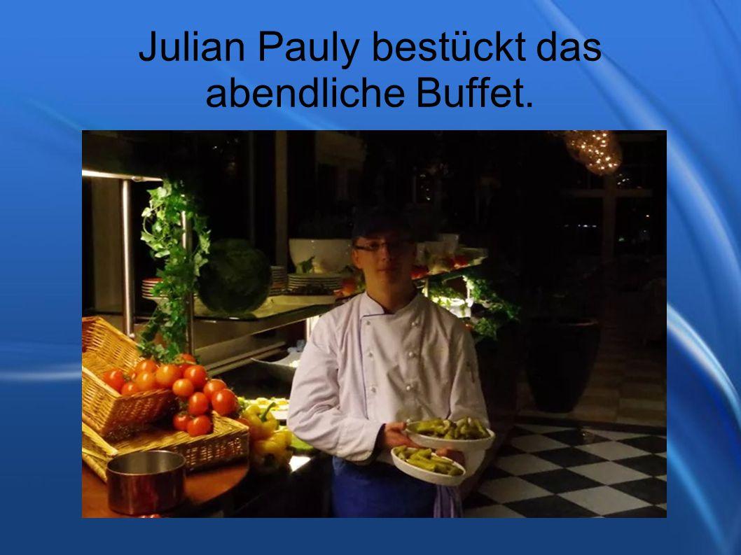 Julian Pauly bestückt das abendliche Buffet.
