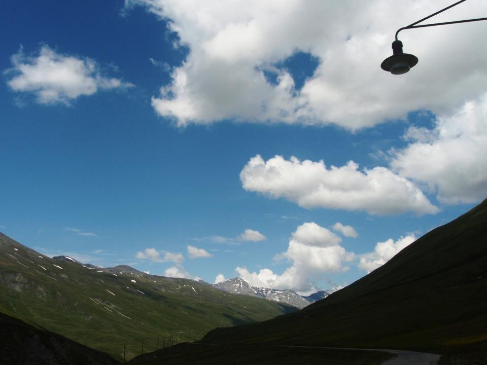 Ein Himmel mit Wolken ist so schön, dass man stundenlang im Gras liegen kann und nichts anderes macht, als den Blick eben himmelwärts zu richten.
