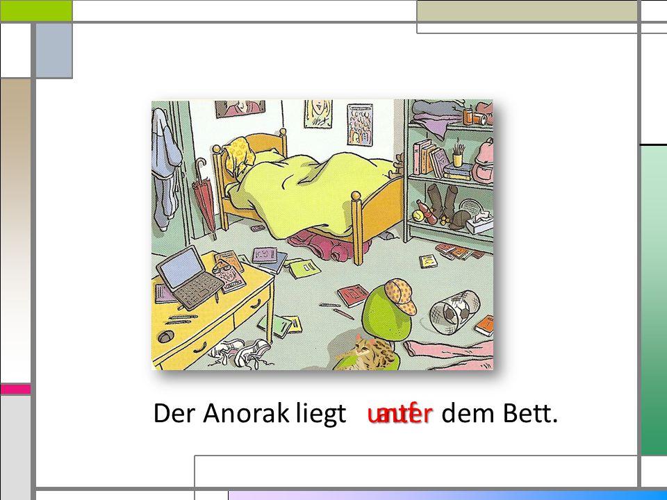 Der Anorak liegt dem Bett. auf unter