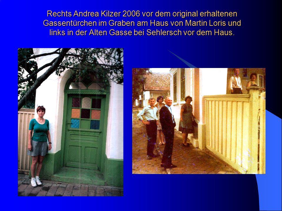 Rechts Andrea Kilzer 2006 vor dem original erhaltenen Gassentürchen im Graben am Haus von Martin Loris und links in der Alten Gasse bei Sehlersch vor dem Haus.