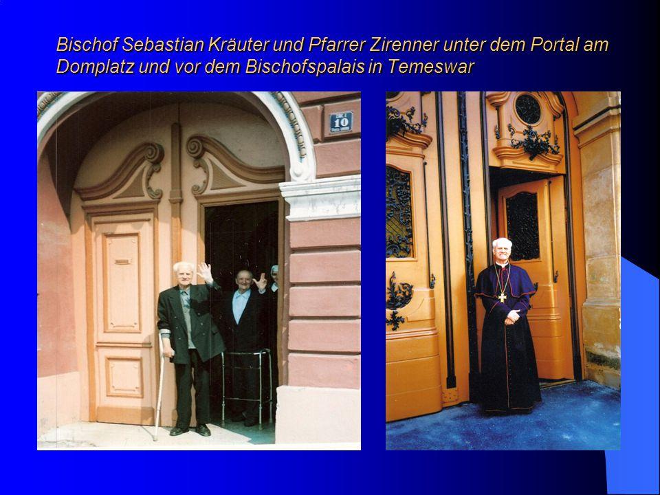 Bischof Sebastian Kräuter und Pfarrer Zirenner unter dem Portal am Domplatz und vor dem Bischofspalais in Temeswar