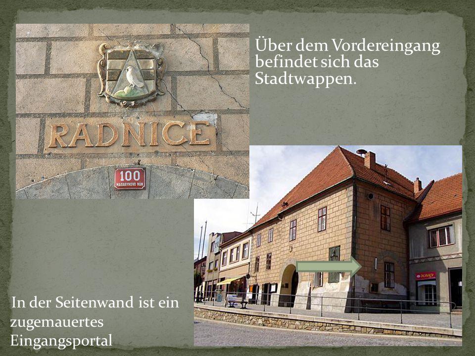 In der Seitenwand ist ein zugemauertes Eingangsportal Über dem Vordereingang befindet sich das Stadtwappen.