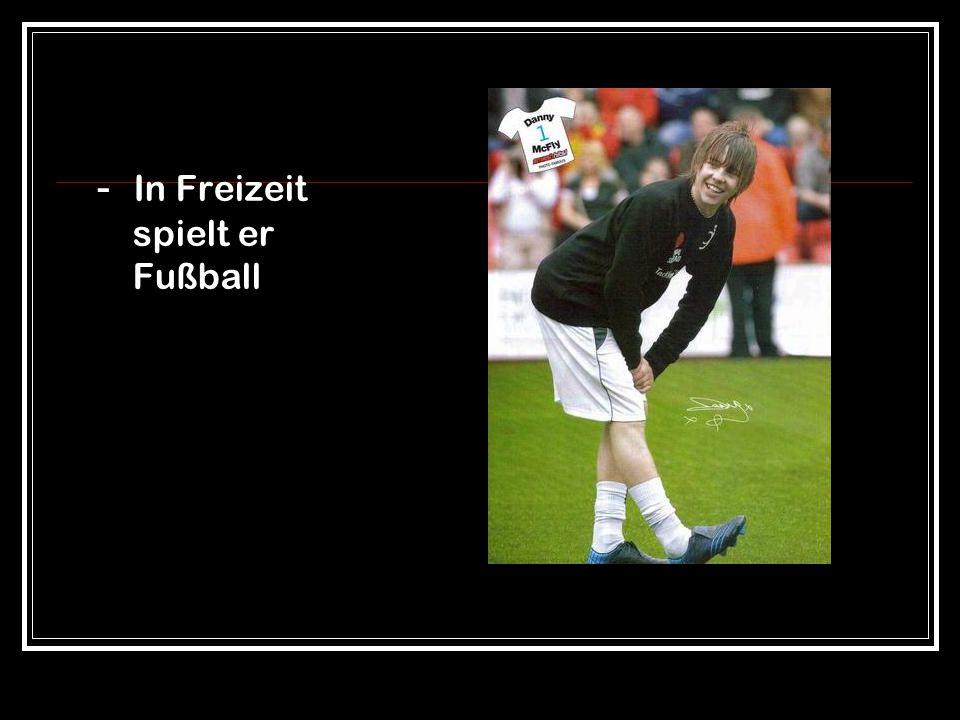 - In Freizeit spielt er Fußball