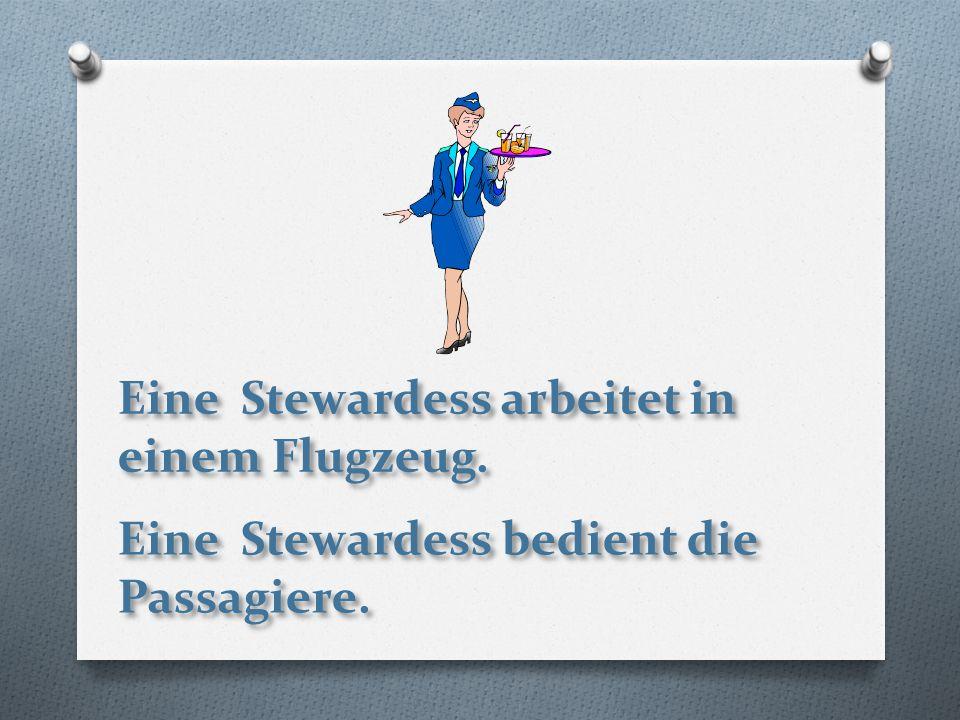 Eine Stewardess arbeitet in einem Flugzeug. Eine Stewardess bedient die Passagiere.