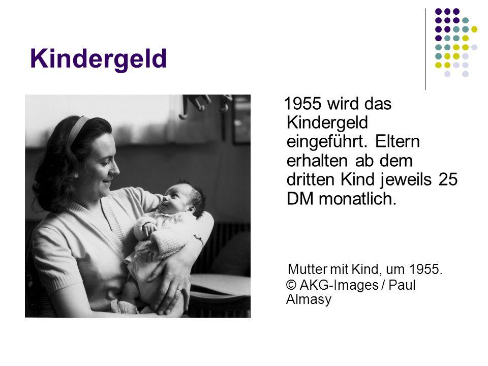 Kindergeld 1955 wird das Kindergeld eingeführt. Eltern erhalten ab dem dritten Kind jeweils 25 DM monatlich. Mutter mit Kind, um 1955. © AKG-Images /