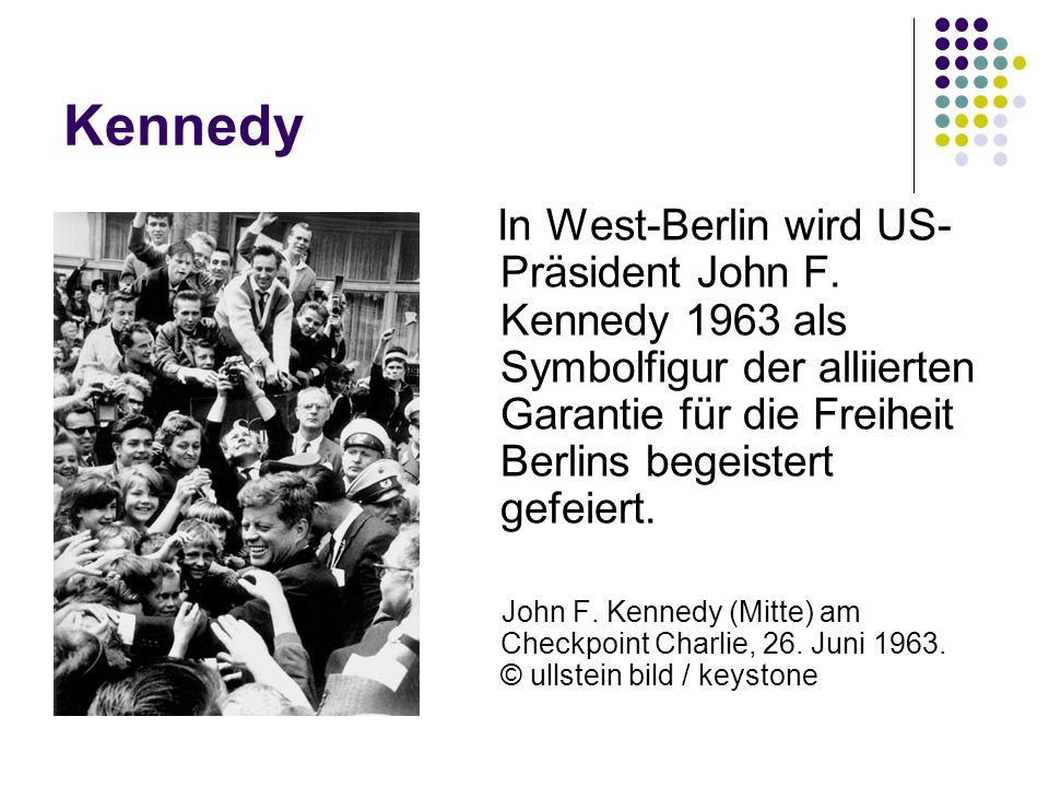 Kennedy In West-Berlin wird US- Präsident John F. Kennedy 1963 als Symbolfigur der alliierten Garantie für die Freiheit Berlins begeistert gefeiert. J