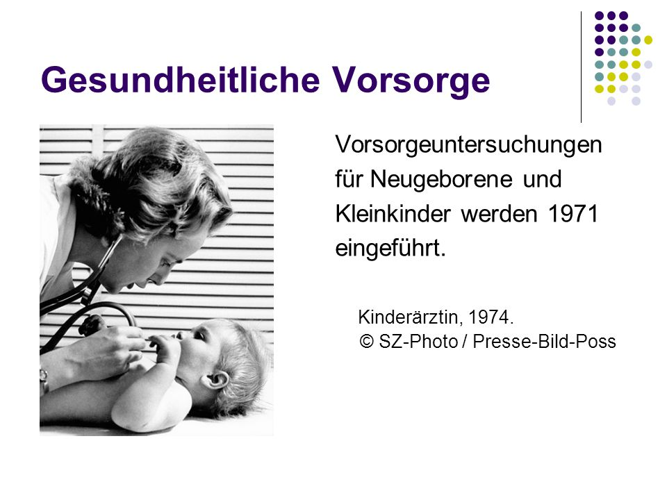 Gesundheitliche Vorsorge Vorsorgeuntersuchungen für Neugeborene und Kleinkinder werden 1971 eingeführt. Kinderärztin, 1974. © SZ-Photo / Presse-Bild-P