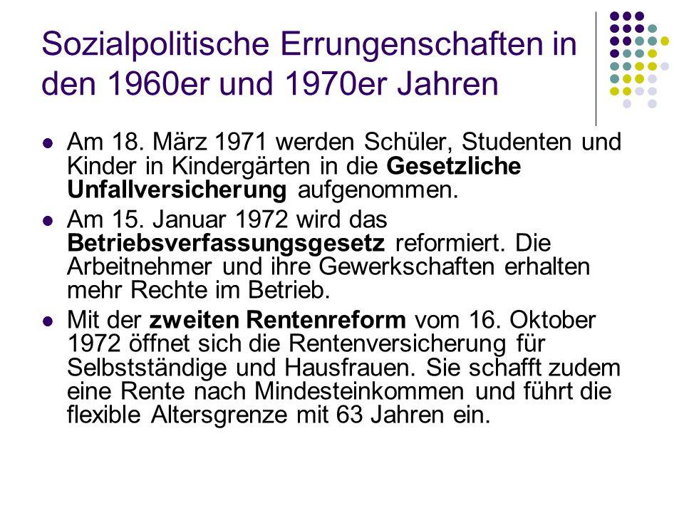 Sozialpolitische Errungenschaften in den 1960er und 1970er Jahren Am 18. März 1971 werden Schüler, Studenten und Kinder in Kindergärten in die Gesetzl