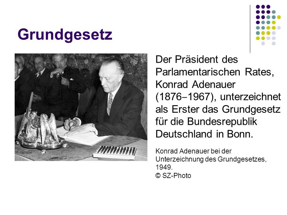 Grundgesetz Der Präsident des Parlamentarischen Rates, Konrad Adenauer (1876 ‒ 1967), unterzeichnet als Erster das Grundgesetz für die Bundesrepublik