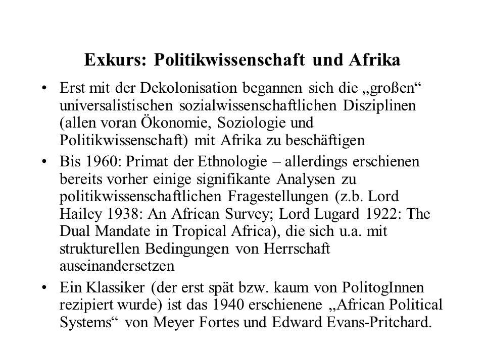 """Prägend war African Political Systems für die Unterscheidung zwischen dezentral organisierten, """"segmentären (akephalen) Gesellschaften ohne Staat und zentralisierten Gesellschaften mit staatlichen oder staatsähnlichen Strukturen Beschäftigung von Politikwissenschaftlern zunächst unter der Perspektive der Modernisierungstheorie, deshalb auch Konzentration auf den modernen Staat, während """"informelle Politik oder neo-traditionelle Politik Anthropologen überlassen wurden, wenn diese überhaupt thematisiert wurde 1970er: """"Dependencia und """"Underdevelopment Perspektiven (prominentester Vertreter: Walter Rodney, Immanuel Wallerstein)  als Kritik am Fortschrittsoptimismus der Modernisierungstheorie"""