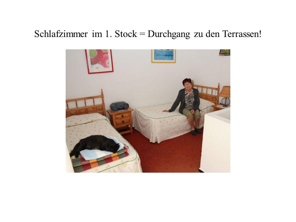 Schlafzimmer im 1. Stock = Durchgang zu den Terrassen!