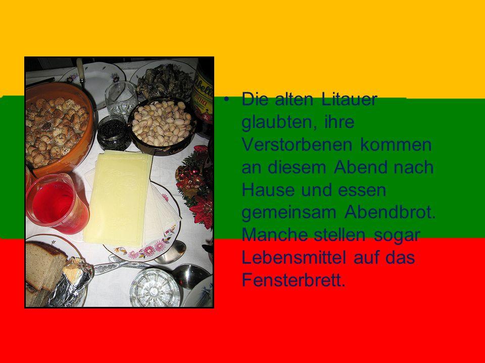 Die alten Litauer glaubten, ihre Verstorbenen kommen an diesem Abend nach Hause und essen gemeinsam Abendbrot. Manche stellen sogar Lebensmittel auf d