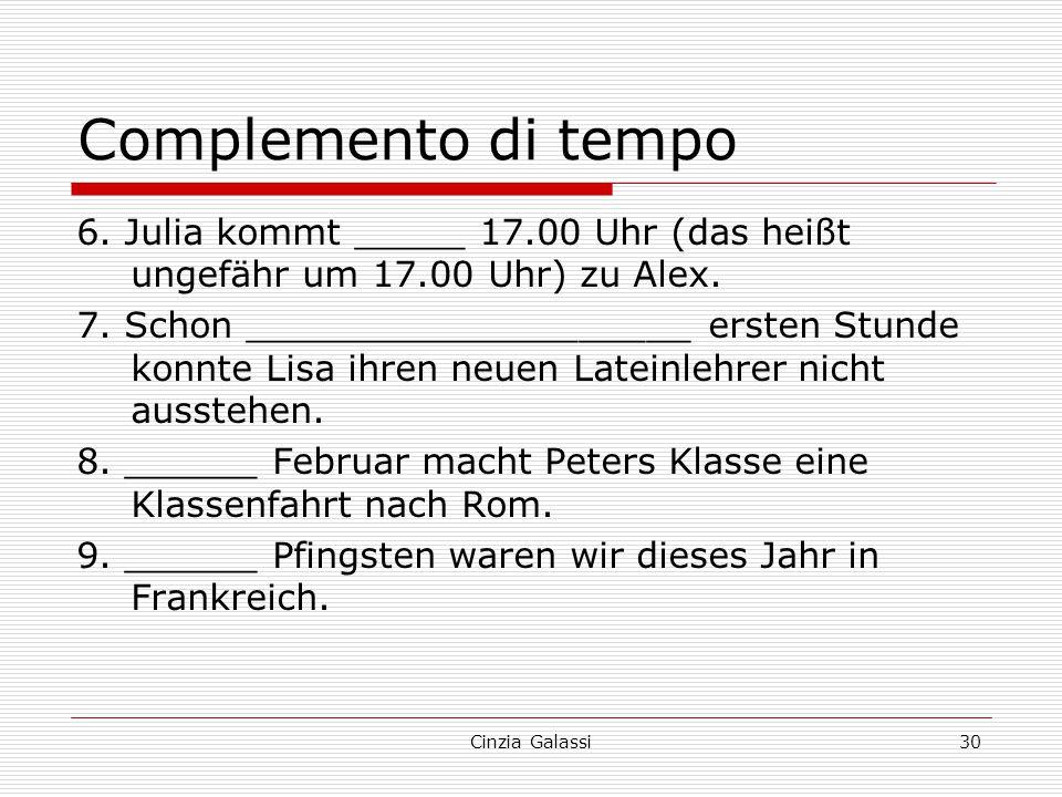 Complemento di tempo 6. Julia kommt _____ 17.00 Uhr (das heißt ungefähr um 17.00 Uhr) zu Alex. 7. Schon ____________________ ersten Stunde konnte Lisa
