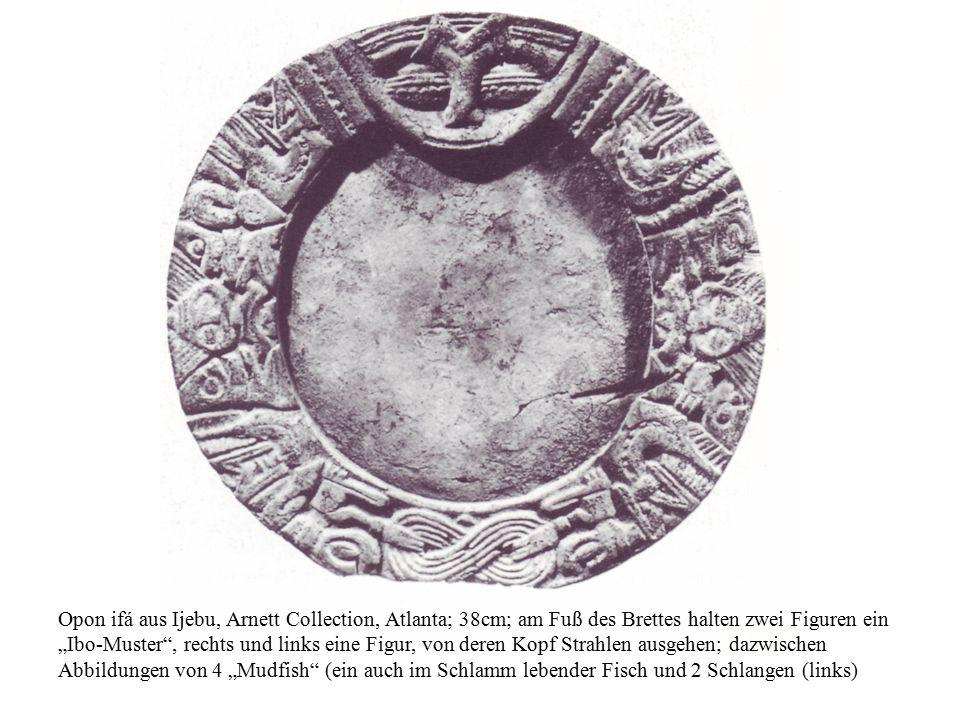 """Opon ifá aus Ijebu, Arnett Collection, Atlanta; 38cm; am Fuß des Brettes halten zwei Figuren ein """"Ibo-Muster"""", rechts und links eine Figur, von deren"""