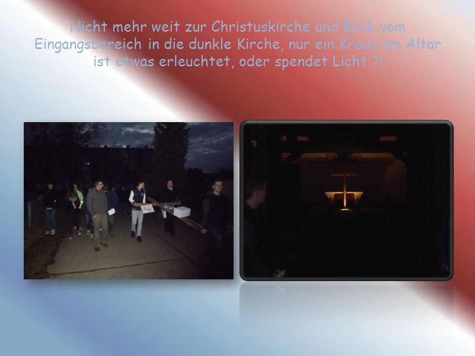 Nicht mehr weit zur Christuskirche und Blick vom Eingangsbereich in die dunkle Kirche, nur ein Kreuz am Altar ist etwas erleuchtet, oder spendet Licht !