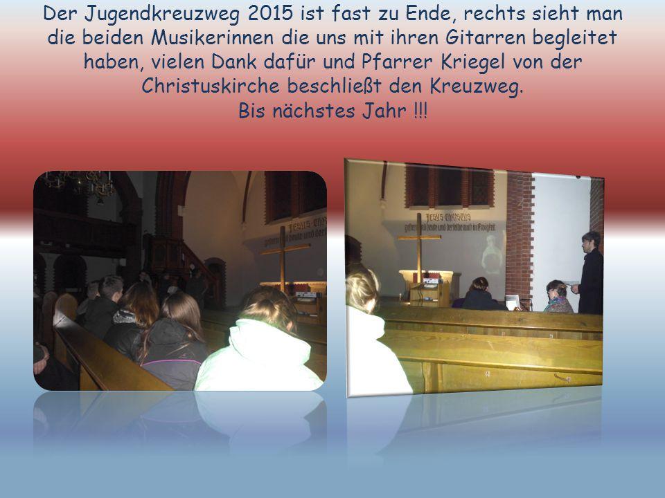 Der Jugendkreuzweg 2015 ist fast zu Ende, rechts sieht man die beiden Musikerinnen die uns mit ihren Gitarren begleitet haben, vielen Dank dafür und Pfarrer Kriegel von der Christuskirche beschließt den Kreuzweg.