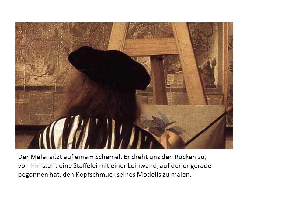 Der Maler sitzt auf einem Schemel. Er dreht uns den Rücken zu, vor ihm steht eine Staffelei mit einer Leinwand, auf der er gerade begonnen hat, den Ko