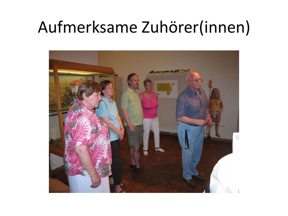 Herr Glaszner erklärt Fundstücke aus Bodenheim