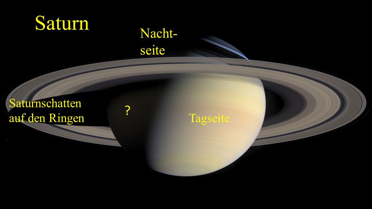 """Seen auf Titan Die drei größten Seen werden als """"Mare bezeichnet und erreichen mit Flächen bis über 100.000 Quadratkilometer die Dimensionen großer irdischer Binnenseen und -meere (zum Vergleich: Lake Superior 82.100 Quadratkilometer)."""
