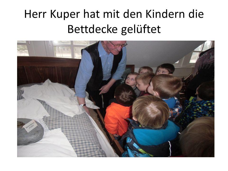 Herr Kuper hat mit den Kindern die Bettdecke gelüftet
