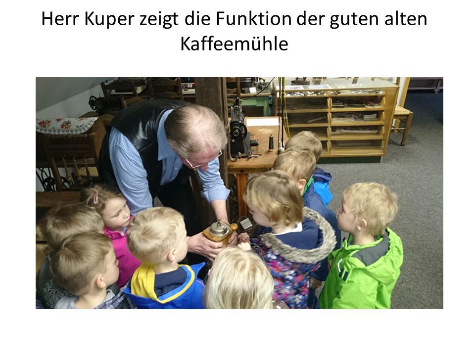 Wie wird Butter in einem Butterfass hergestellt? Herr Kuper erklärt es den Kindern.