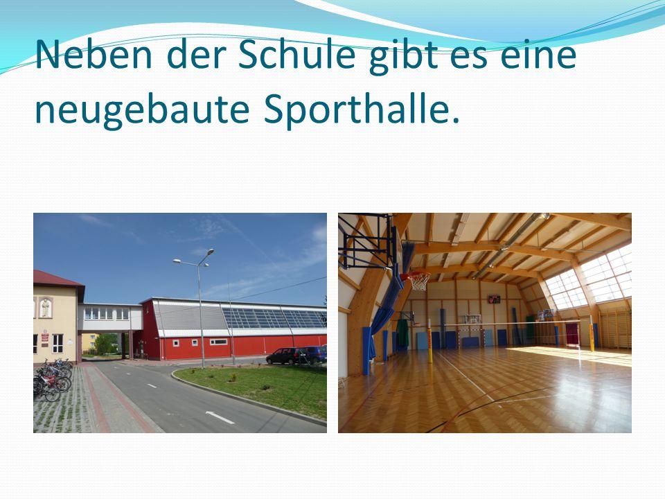 Neben der Schule gibt es eine neugebaute Sporthalle.