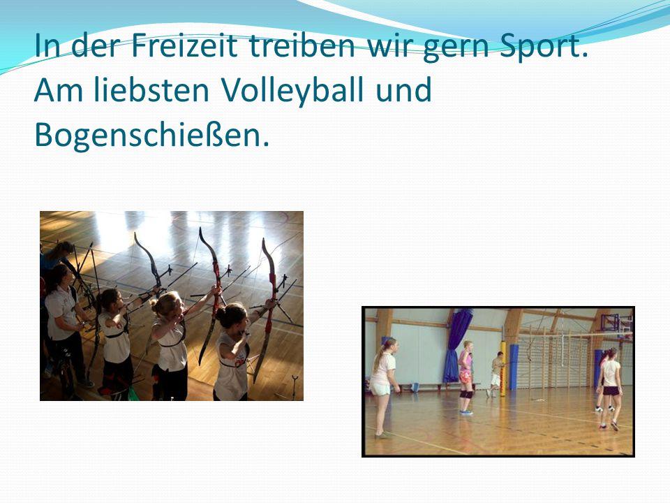 In der Freizeit treiben wir gern Sport. Am liebsten Volleyball und Bogenschießen.