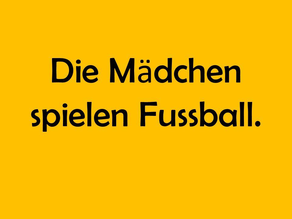 Die M ӓ dchen spielen Fussball.