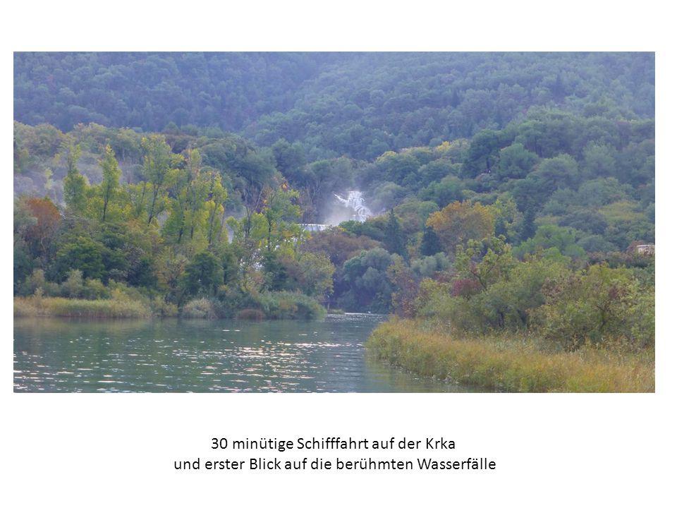 30 minütige Schifffahrt auf der Krka und erster Blick auf die berühmten Wasserfälle