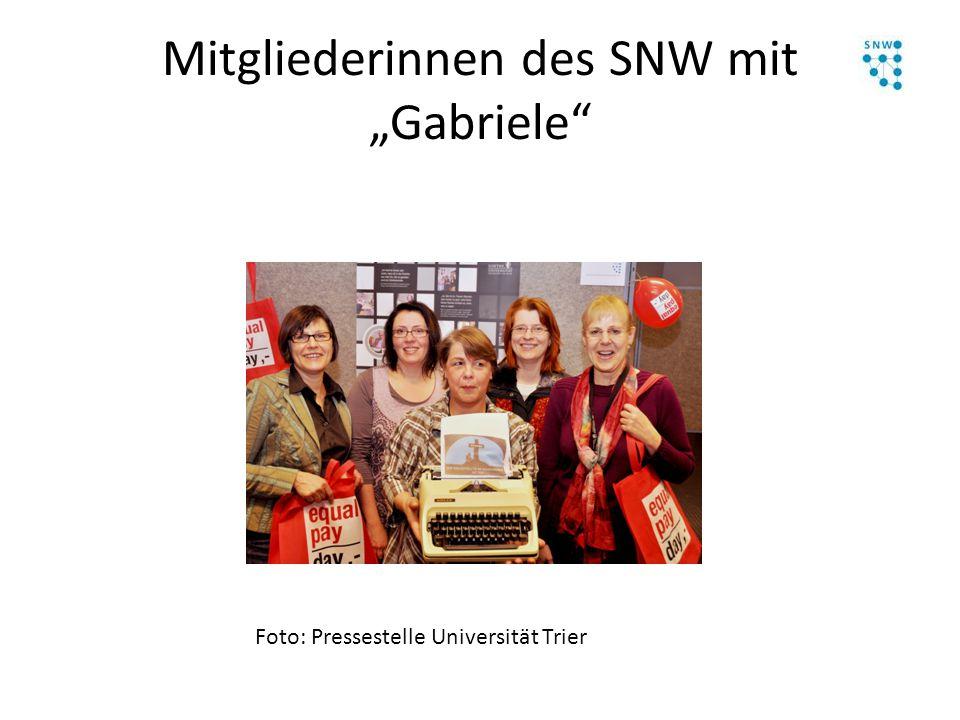 """Mitgliederinnen des SNW mit """"Gabriele"""" Foto: Pressestelle Universität Trier"""