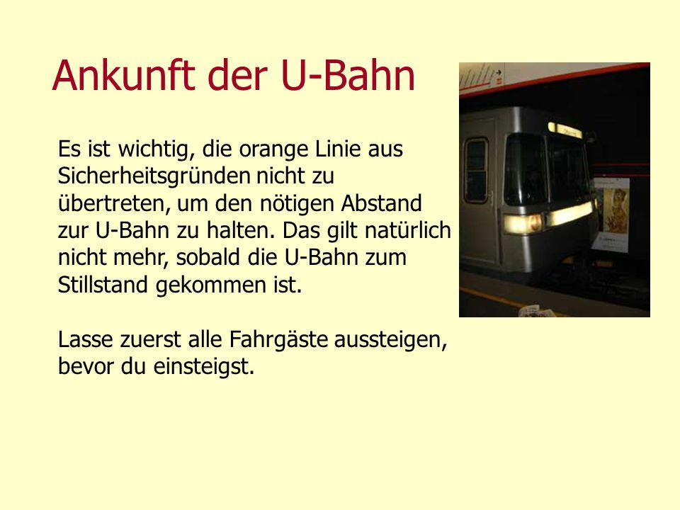 Ankunft der U-Bahn Es ist wichtig, die orange Linie aus Sicherheitsgründen nicht zu übertreten, um den nötigen Abstand zur U-Bahn zu halten. Das gilt
