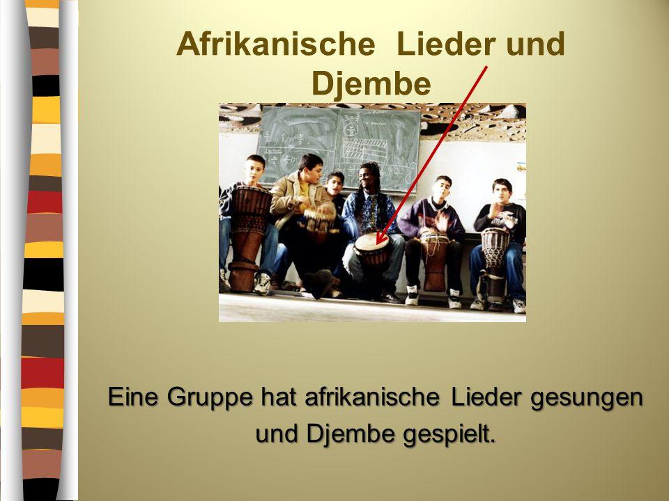 Afrikanische Lieder und Djembe Eine Gruppe hat afrikanische Lieder gesungen und Djembe gespielt.