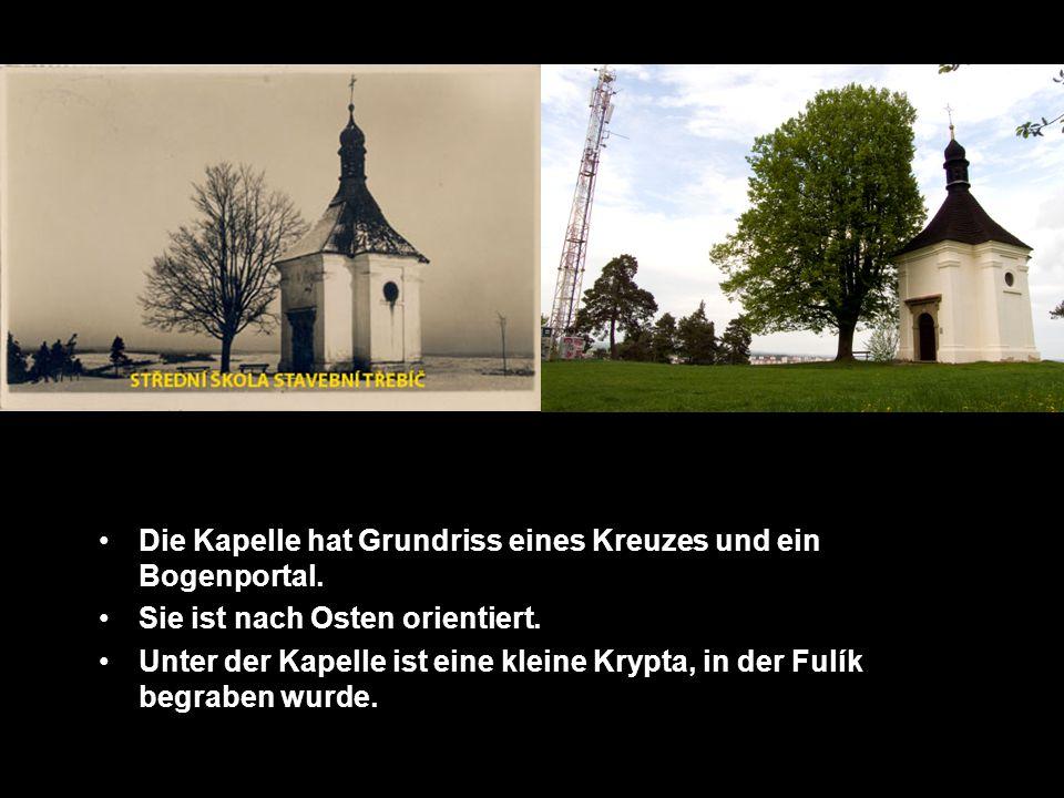 Die Kapelle hat Grundriss eines Kreuzes und ein Bogenportal.