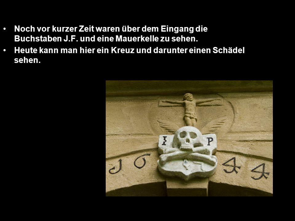 Noch vor kurzer Zeit waren über dem Eingang die Buchstaben J.F. und eine Mauerkelle zu sehen. Heute kann man hier ein Kreuz und darunter einen Schädel